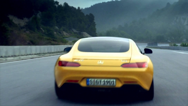 tv-reklama-mercedes-accelerates-to-its-top-speed-in-real-time-through-4-short-ads